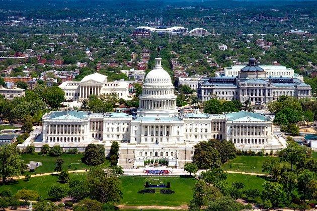 Невідомі пообіцяли скерувати літак у будівлю Конгресу США