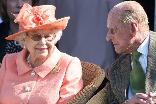 Королева Британії разом з чоловіком вакцинувалась від COVID-19