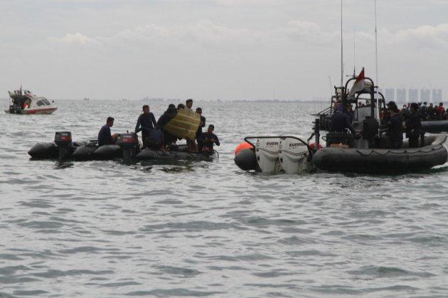 У морі в Індонезії знайшли рештки тіл та уламки літака Sriwajaya Air