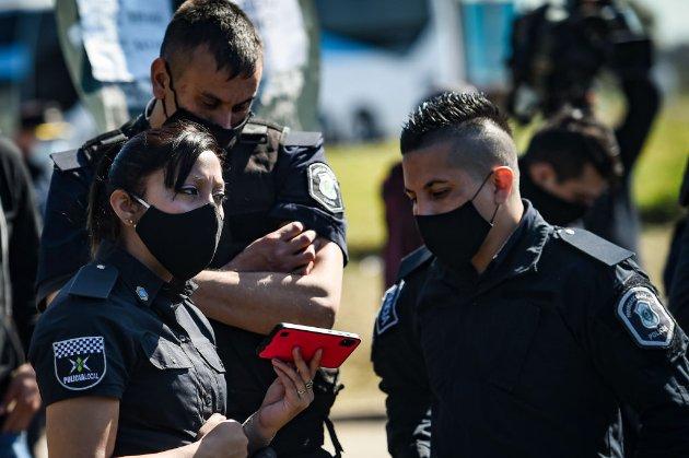 Поліцейських переплутали зі стриптизерами. У Аргентині громадяни влаштували секс-вечірку у розпал карантину