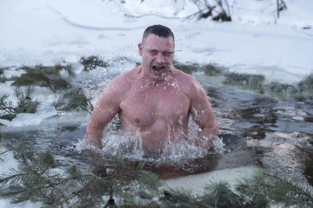 Як відомі українці відсвяткували Водохреще (фото, відео)