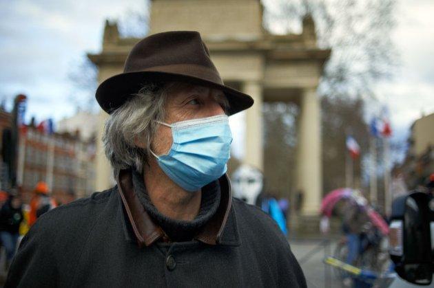 Франція заборонила носити пошиті вдома маски в громадських місцях