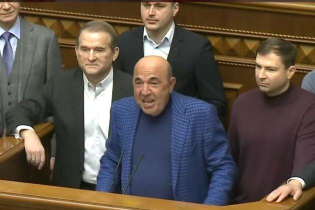 Зеленський пояснив, що заблоковані канали фінансує Росія. А йому погрожують імпічментом