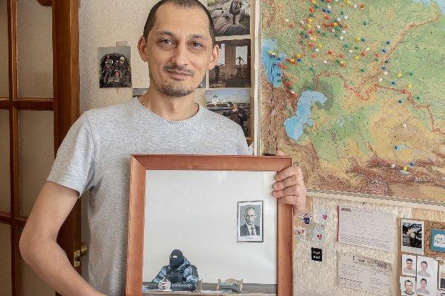 Світлину з силовиком і портретом Путіна продали за 2 млн руб.