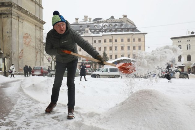 Садовий заявив, що «сам винен» у снігопаді у Львові, і вийшов з лопатою його прибирати (відео)