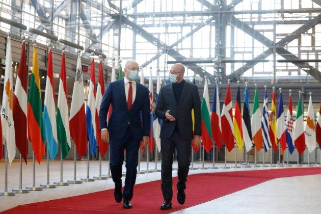 Реформи в Україні гальмує широко поширена корупція, констатує Єврокомісія