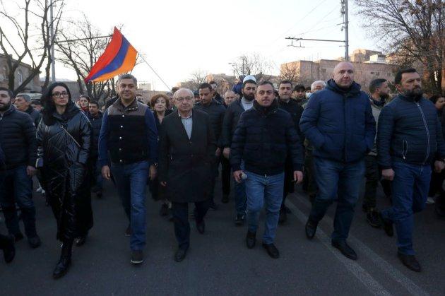 Післявоєнна криза у Вірменії. Протестувальники увірвалися до будівлі уряду та вимагають відставки прем'єра