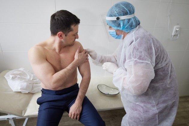 Зеленський вакцинувався від коронавірусу (відео)