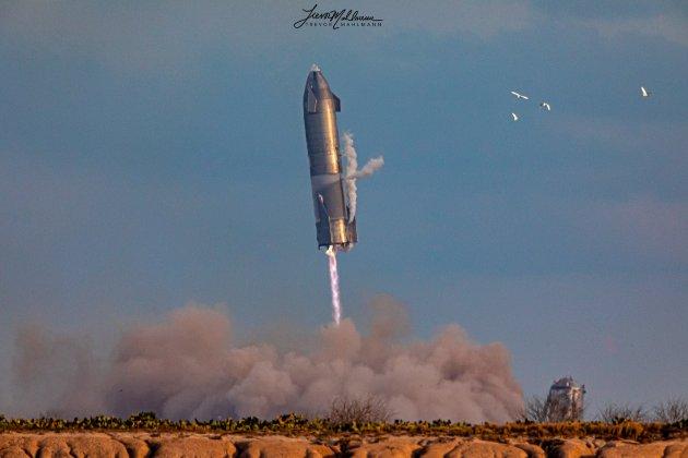 Космічний корабель Маска Starship вперше вдало приземлився. Щоправда, потім вибухнув