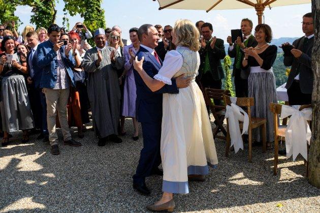 Танцювала з Путіним на весіллі. Колишню очільницю МЗС Австрії висунули кандидатом у раду директорів «Роснефти»