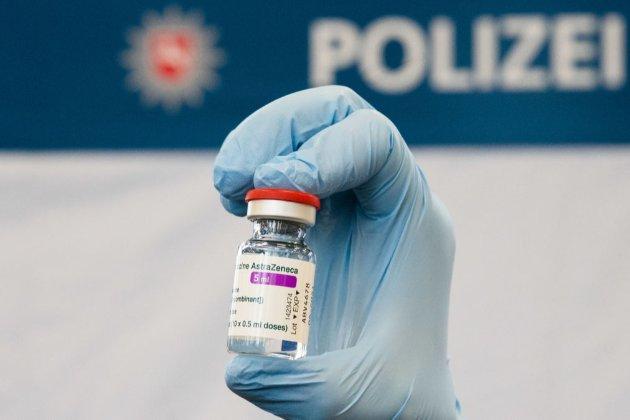 У Німеччині дозволили вакцинувати препаратом AstraZeneca людей, старших 65 років