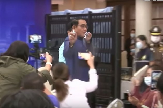 Пшик на вас! Прем'єр-міністр Таїланду розприскав антисептик на журналістів (відео)