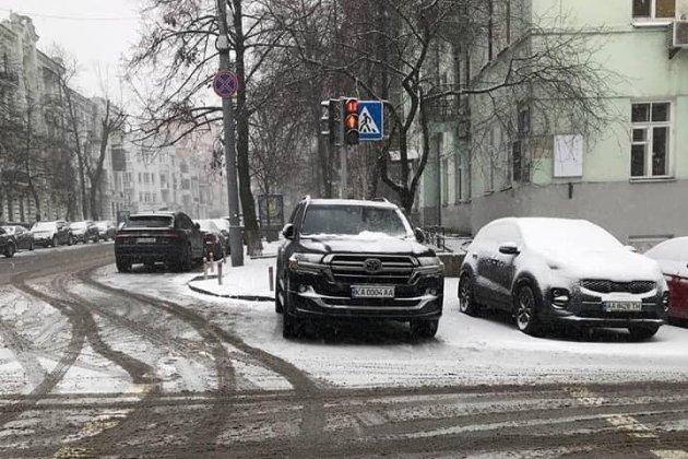 Арахамію оштрафували на 510 грн за парковку автомобіля на пішохідному переході