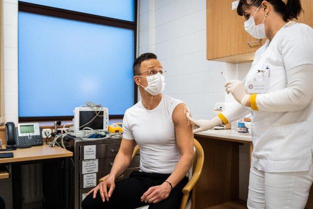 Очільник МЗС Угорщини вакцинувався від COVID-19 російською вакциною