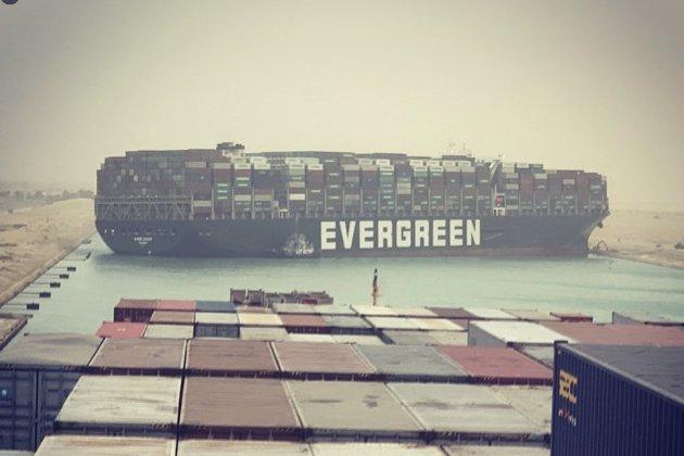 Перед тим, як перекрити Суецький канал, контейнеровоз «намалював» пеніс своїм курсом