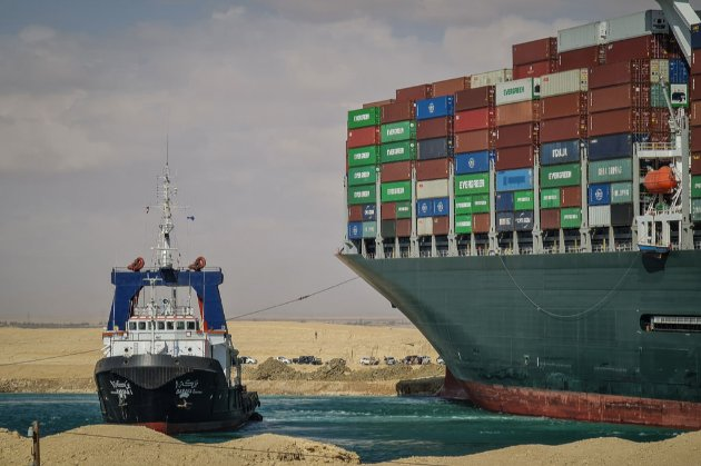 Контейнеровоз, що заблокував Суецький канал, трохи зрушив з місця