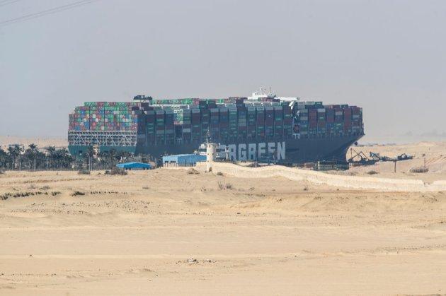 Вантажі з України застрягли на судах на вході в Суецький канал. Їх 680 тис. тонн