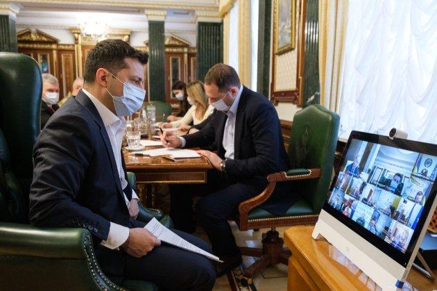 Зеленський просить у міністрів розробити систему «паспортів вакцинації», як у ЄС