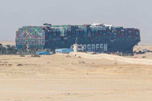 Контейнеровоз, що тиждень блокував Суецький канал, зняли з мілини