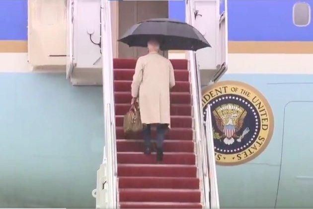 Джо Байден знову спіткнувся, піднімаючись трапом на борт президентського літака (відео)