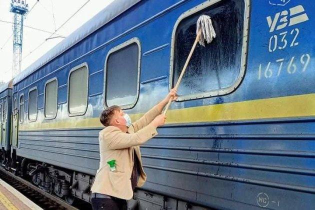 Іноземець самотужки очищав брудні вікна в поїзді «Укрзалізниці»