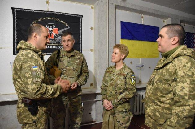 Військова аташе посольства США відвідала зону ООС із шевроном «Україна або смерть!»