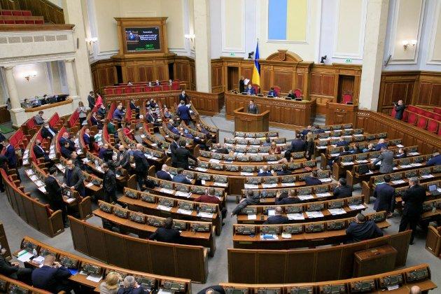 Рада постановила конвертувати невиплачені валютні кредити у гривню
