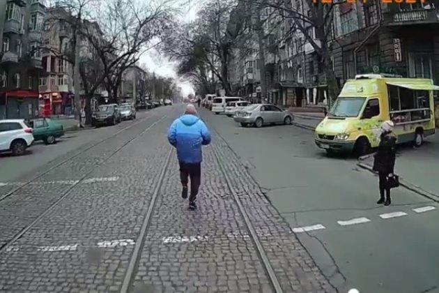 У Миколаєві чоловік пробіг кілька кварталів поперед трамваю