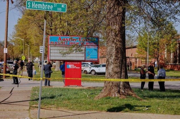 У середній школі Теннессі один із учнів стріляв в поліцейських