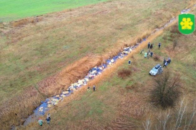 У річку біля Бучі викинули три тисячі каністр з хімікатами