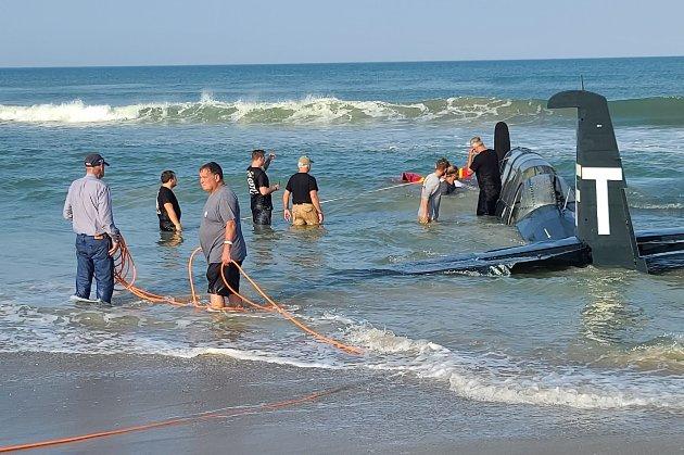 У Флориді літак часів Другої світової війни здійснив посадку на пляжі, повному людей