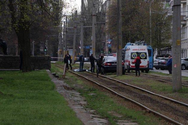 У центрі Дніпра невідомий у масці вбив водія «Toyota Land Cruiser» (фото, відео)