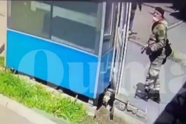 В Алмати чоловік поранив пострілом охоронця ЖК, перестрілювався з поліцією і покінчив життя самогубством