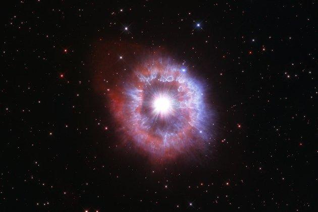 Телескоп Hubble показав рідкісну гігантську зірку на межі вибуху (відео)