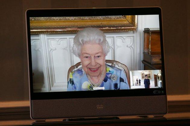 Фото дня. Як королева проводить прийоми по відеозв'язку