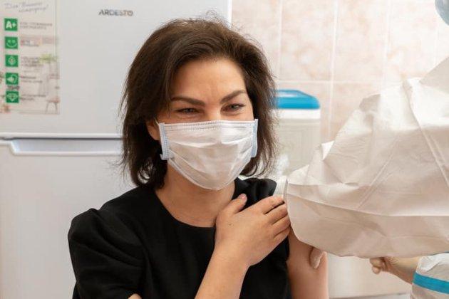 В Україні почали вакцинувати прокурорів COVID-препаратом Sinovac