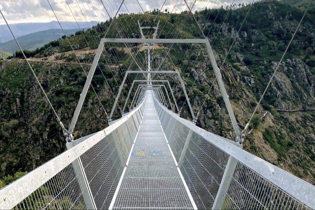 У Португалії відкрили найдовший у світі підвісний пішохідний міст (фото)