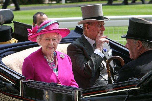 Як королева Єлизавета оглядала своїх коней та екіпаж покійного чоловіка (фото)