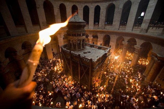 В Єрусалимі зійшов Благодатний вогонь (відео)