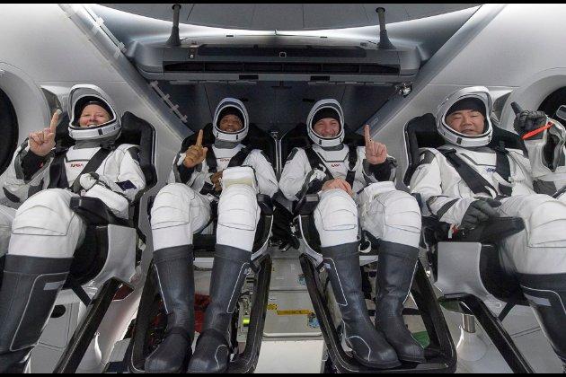 Корабель Crew Dragon з чотирма астронавтами повернувся на Землю