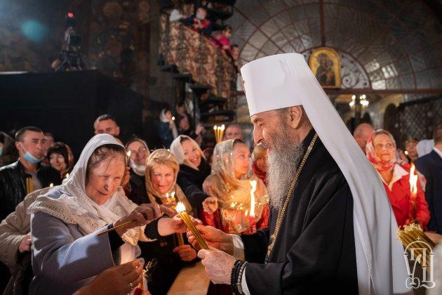 «Кожен вирішує сам за себе». Віряни ПЦУ в Михайлівському храмі були в масках, УПЦ МП у Лаврі — без масок