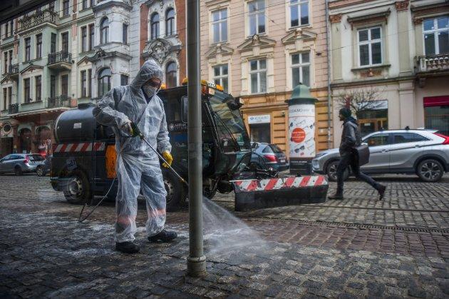 Влада Польщі дозволила з 15 травня не носити маски на вулиці