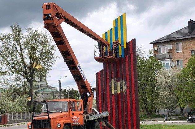 У селищі під Києвом влада оновила радянську стелу на вулиці, а потім перефарбувала в національні кольори