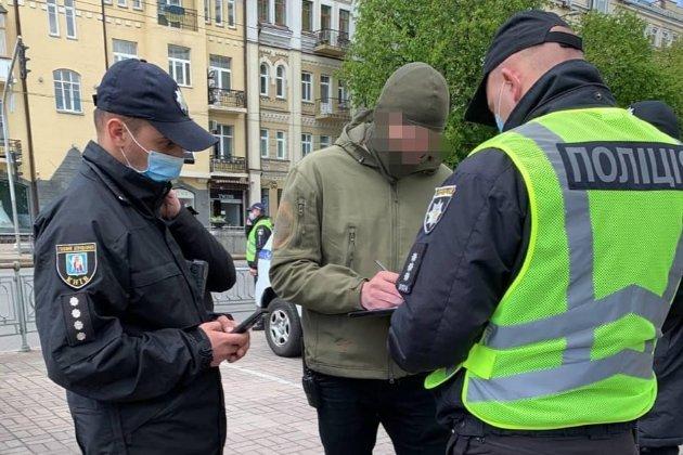 Київські поліцейські склали протокол на 16-річного хлопця, який «зігував» ветерану (відео)