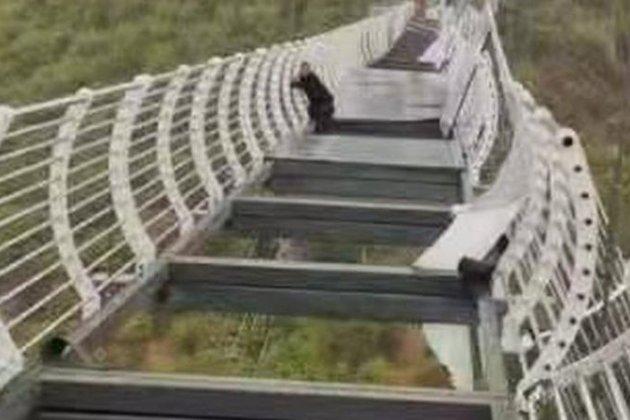 Скляний міст розвалився. У Китаї турист застряг на 100-метровій висоті