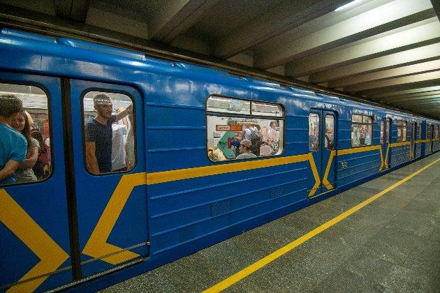 Жінка народила хлопчика у переході, який веде до київської станції метро «Лісова»