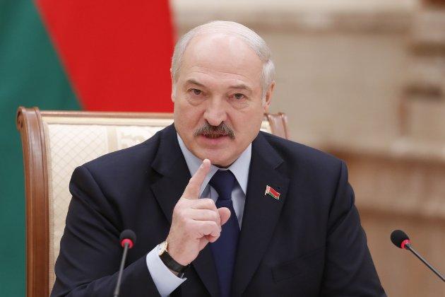 Лукашенко дозволив застосовувати бойову техніку при розгоні активістів