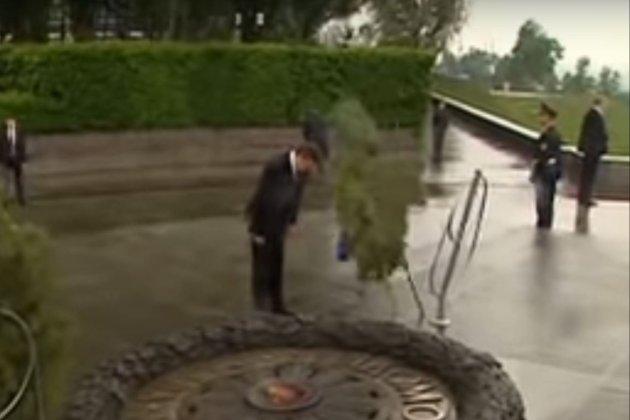 Янукович та вінок: гучному конфузу «легітимного» вже 11 років (відео)