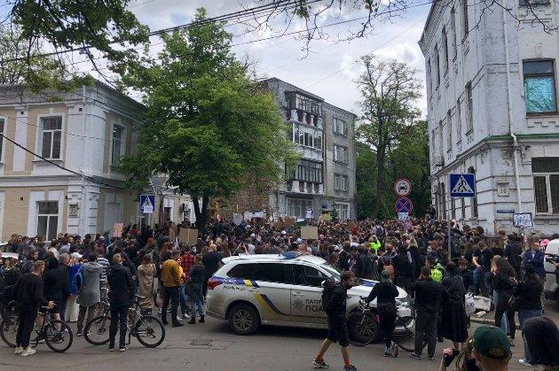 Київські митці протестують під управлінням поліції проти обшуків подільських клубів