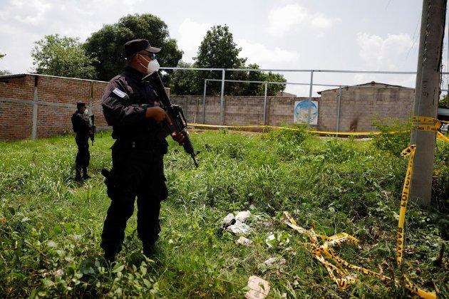 У Сальвадорі в садку експоліцейського знайшли вісім тіл